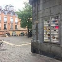 Galerie showcase : fenêtre sur la ville